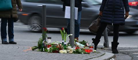 Menschen trauern an einer Straßenkreuzung im Frankfurter Stadtteil Sachsenhausen, an der Blumen und Kerzen an die Opfer eines tödlichen Verkehrsunfalls vom vergangenen Samstag erinnern. Nach bisherigen Ermittlungen der Polizei waren zwei Fußgänger von einem Pkw erfasst worden, da der Fahrer mit deutlich überhöhter Geschwindigkeit unterwegs war.