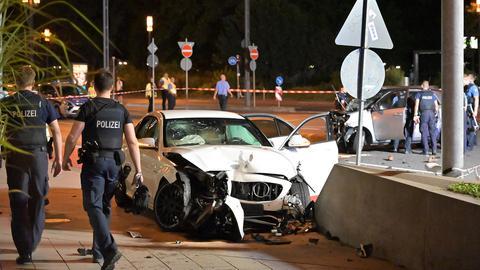Die beiden beschädigten Autos und die Polizei.
