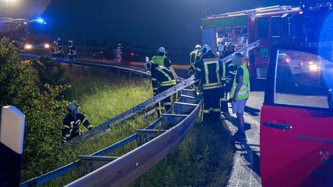 Rettungskräfte an der Unfallstelle auf der A7
