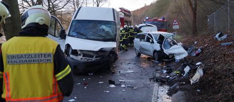 Fahrzeugwracks und Rettungskräfte an der Unfallstelle