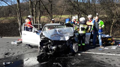 Rettungskräfte und Autowrack an Unfallstelle