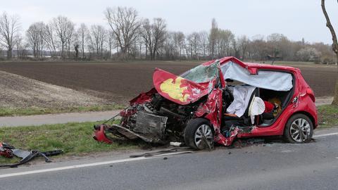 Zerstörtes Auto einer 60-Jährigen, die bei einem Unfall bei Griesheim starb