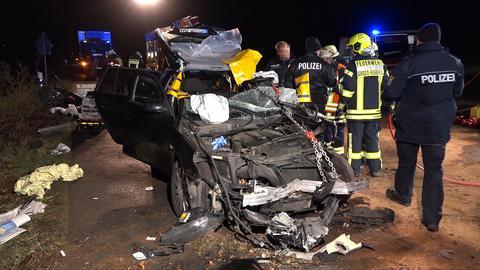 Einsatzkräfte am Unfallort nahe Groß-Bieberau.