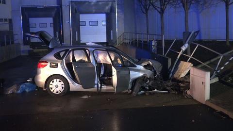 Zerstörtes Unfallauto vor Betonklötzen