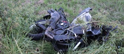 Das Motorrad liegt nach dem Unfall in Groß-Umstadt zerstört im Straßengraben.