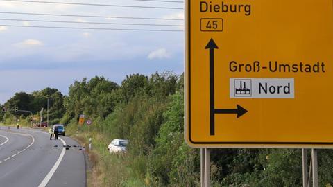 Unfallstelle an der B45 bei Groß-Umstadt. Im Vordergrund ein Verkehrsschild - im Hintergrund die Unfallstelle.