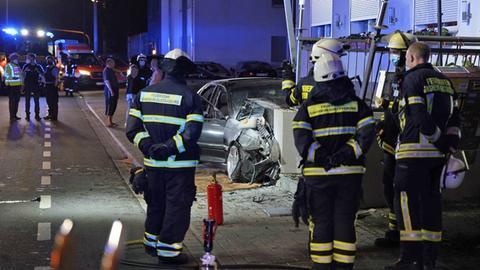 Auto ist gegen Mauer gefahren und schwer beschädigt, Einsatzkräfte