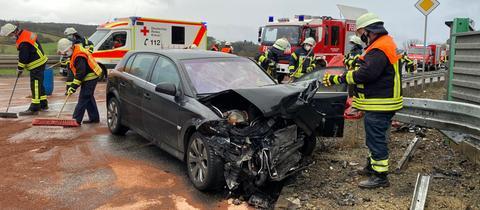 Eines der Autos ist völlig zerstört.