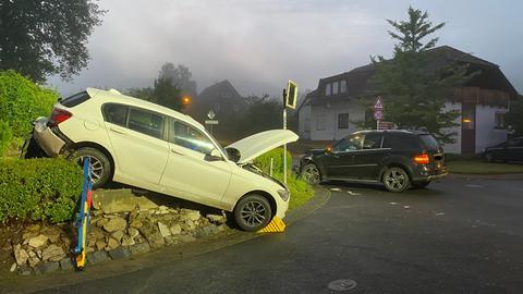Eines der beiden Autos landete in einem Garten.