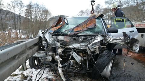 Auf glatter Straße geriet bei Herborn ein Auto unter einen Laster.