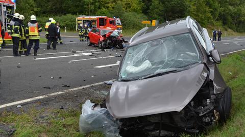 In dem roten Auto kam die Fahrerin ums Leben, drei weitere Menschen wurden verletzt.