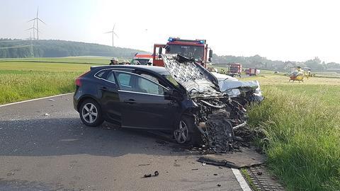 Frontal eingedrücktes Auto nach einem Unfall in Hofbieber