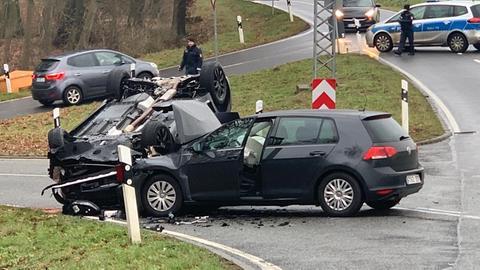 Ein Auto landete bei dem Unfall auf dem Dach.