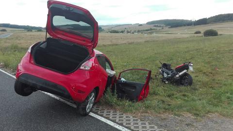 Auf einer Straße im mittelhessischen Hohenahr kollidierten ein Auto und ein Motorrad.