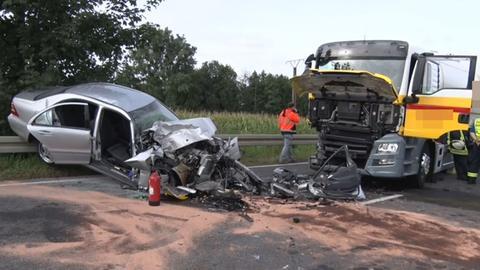 Beschädigter Pkw und beschädigter Lkw.
