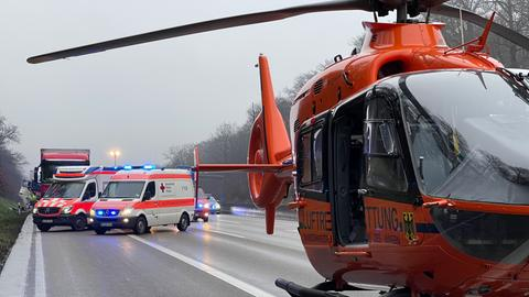 Ein Hubschrauber und Rettungsfahrzeuge auf der A5.