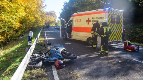 Motorrad kracht gegen Betonpfeiler - zwei Tote
