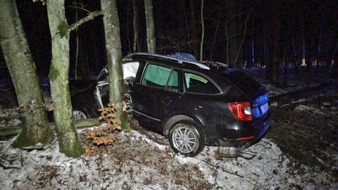 Ein Auto ist gegen einen Baum gefahren.