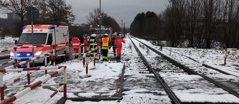 Einsatzkräfte am Unfallort an einem Bahnübergang in Kassel.