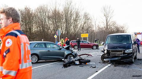Demoliertes Motorrad und beschädigte Autos nach Unfall auf B519 bei Kelkheim