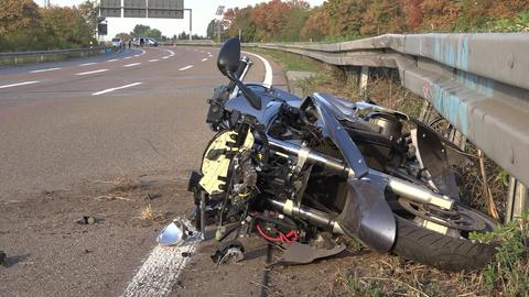 Ein Motorrad liegt nach einem Unfall beschädigt auf der Straße.