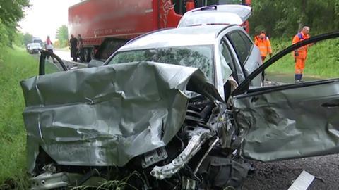Das Auto stieß bei Kirchhain mit zwei LKW zusammen