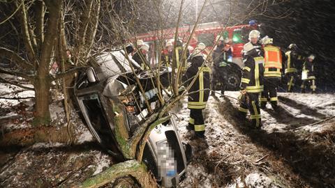 Bei Feldatal überschlug sich ein Auto und prallte gegen mehrere Bäume