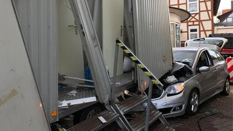 Auto rast in Toilettenwagen bei Mittelalterfest