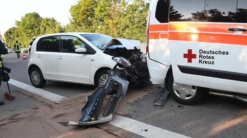 Auto und Krankenwagen sind beschädigt.