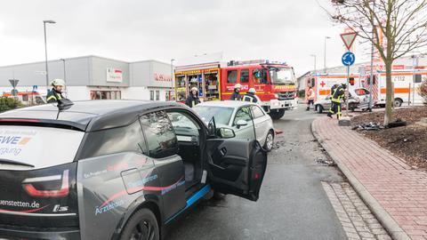 Einsatzkräfte waren in der Neukirchener Straße rund zweieinhalb Stunden lang mit Aufräumarbeiten beschäftigt.