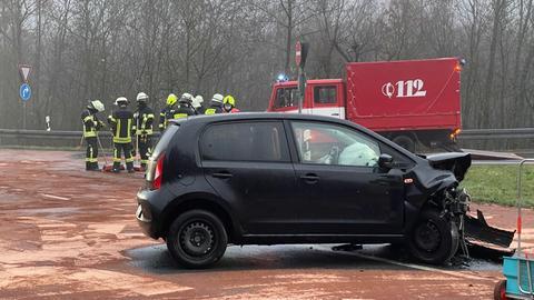 Demoliertes Auto bei Unfall auf B455 bei Kronberg