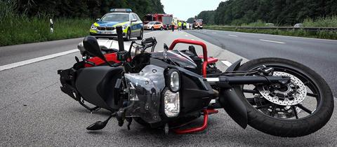 Unfallstelle auf der A67 bei Lampertheim - auf der Fahrbahn liegt ein Motorrad - die Autobahn ist gesperrt - Fahrzeuge stauen sich hinter der Unfallstelle.