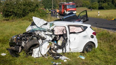 Die verunfallten Autos der beiden Fahrer sind stark beschädigt.