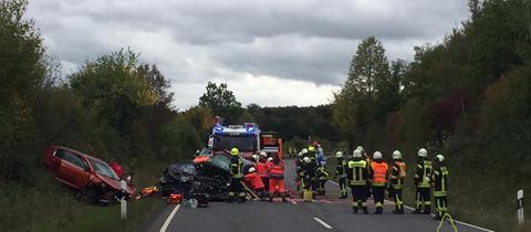 Rettungskräfte im Einsatz bei der Unfallstelle.