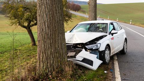 Der Fahrer eines Carsharing-Autos prallte frontal gegen einen Baum.
