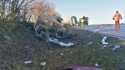Das Auto des Unfallfahrers brannte komplett aus.