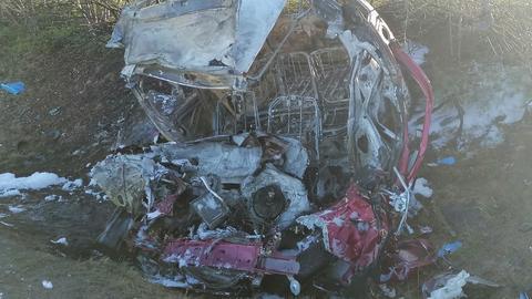 Das ausgebrannte Wrack des Unfallautos bei Limburg