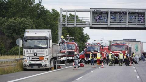 Feuerwehrleute löschen den Lkw.