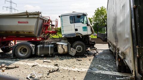 Nach dem Unfall waren die Trümmer auf der ganzen Fahrbahn verteilt