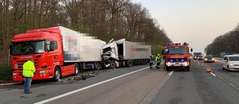 Lastwagen auf Autobahn ineinander verkeilt, Unfallaufnahme