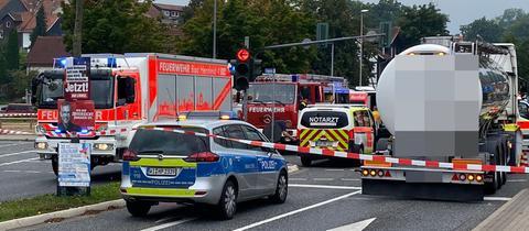 Polizei- und Rettungswagen an der abgesperrten Unfallstelle in Bad Hersfeld