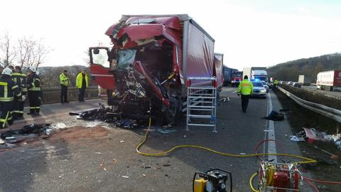 Unfall-Lkw mit zerstörtem Führerhäuschen auf der Autobahn, umgeben von Polizei.