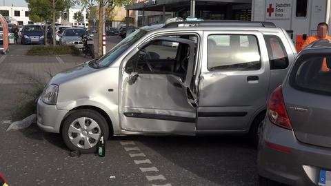 Beschädigtes Auto auf Supermarktparkplatz