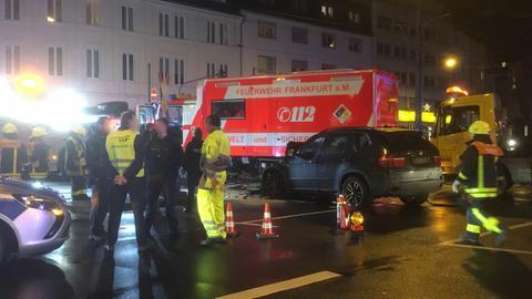 Unfallstelle mit beteiligten Fahrzeugen und Einsatzkräften