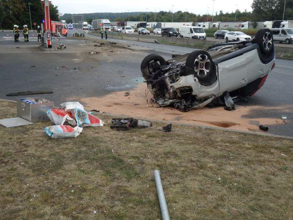 An der Raststätte Medenbach hat sich ein Auto überschlagen.