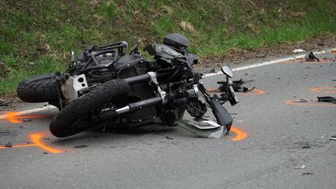 Das Motorrad liegt auf der Seite an der Unfallstelle.