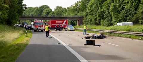 Ein Motorrad liegt schwer beschädigt auf der A7 bei Fulda.