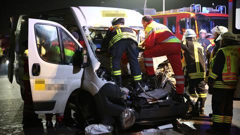 Rettungskräfte mussten den Schwerverletzen aus seinem Fahrzeug befreien.