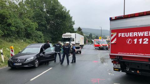 Unfallort in Neu-Anspach - Feuerwehr und Rettungswagen im Einsatz