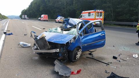 Zerstörtes Auto auf der A7.